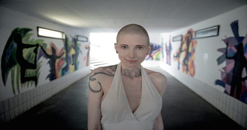 Brivna glava je ženska izbira prav tako kot njena rast-8142